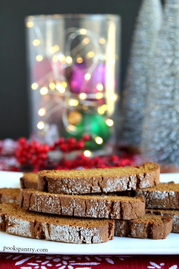 biscotti de gingerbread en plato blanco