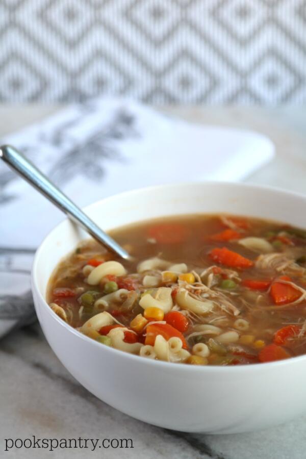 bowl de sopa de legumes de galinha com massa