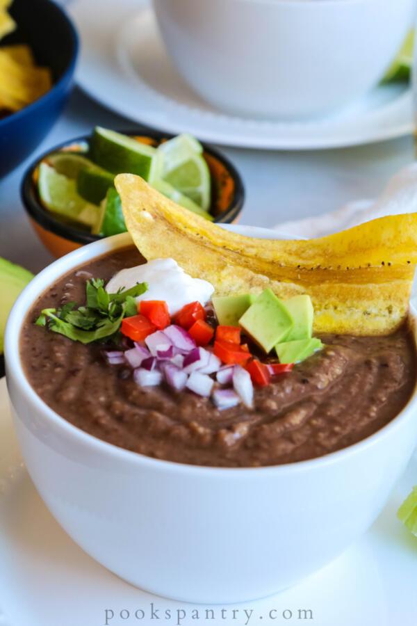sopa de habichuelas negras con aguacate y plátano